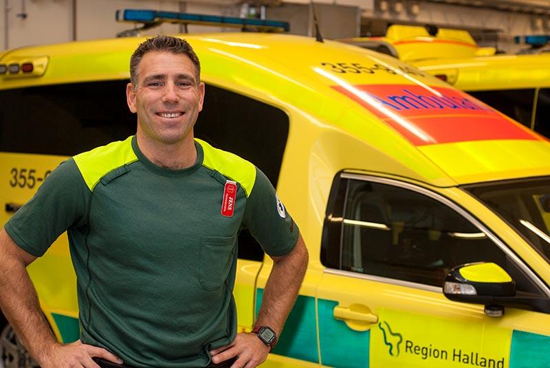 Bild på Jens Olhammer framför en ambulans.