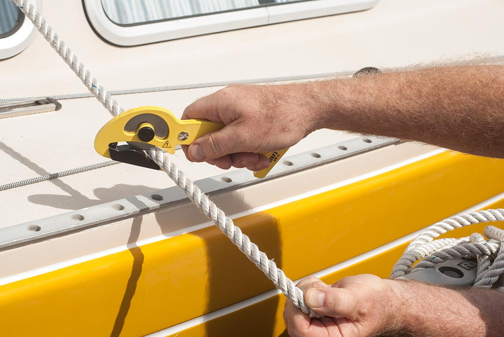 Utsnitt på hur en person demonstrerar en S-CUT XC-E som skär i en tamp på en fritidsbåt.