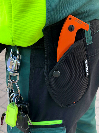 Närbild på en person som bär en S-CUT i bälteshölster.